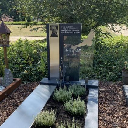 AnnaAnna gedenktekens, grafstenen met glas, natuursteen en RVS. Persoonlijk en uniek, voor elk budget betaalbaar