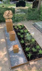 Cortenstaal, glas en hout in bijzonere grafsteen uitgevoerd door AnnaAnna gedenktekens en grafmonumenten