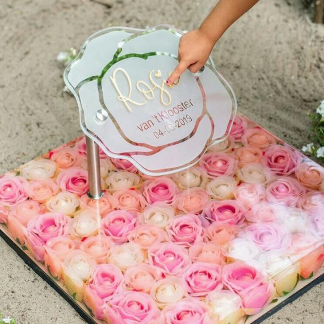 Gedenkteken met roosjes door atelier AnnaAnna