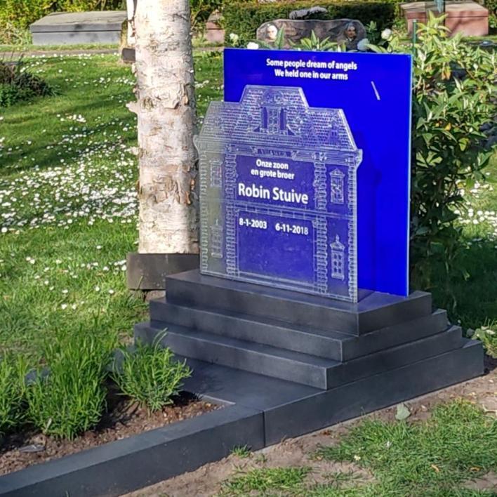 Graniet grafmonuent met glas, prachtig blauw gesmolten AnnaAnna glas