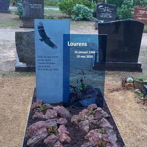 gedenkteken, grafsteen modern met afbeelding arend van blauw glas en strakke RVS omranding uitgevoerd door AnnaAnna grafmonumenten en gedenkstenen