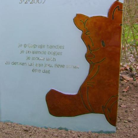 kindermonument, glas mat met heldere letters en afbeelding door glas en gedenktekenspecialist AnnaAnna