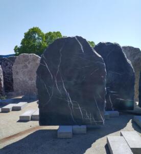 ruwe steen zwart marmer, geselecteerd op maat door AnnaAnna gedenktekens en grafmonumenten